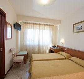 Camera tripla bianca hotel nuova sabrina, hotel a marina di pietrasanta, hotel in versilia